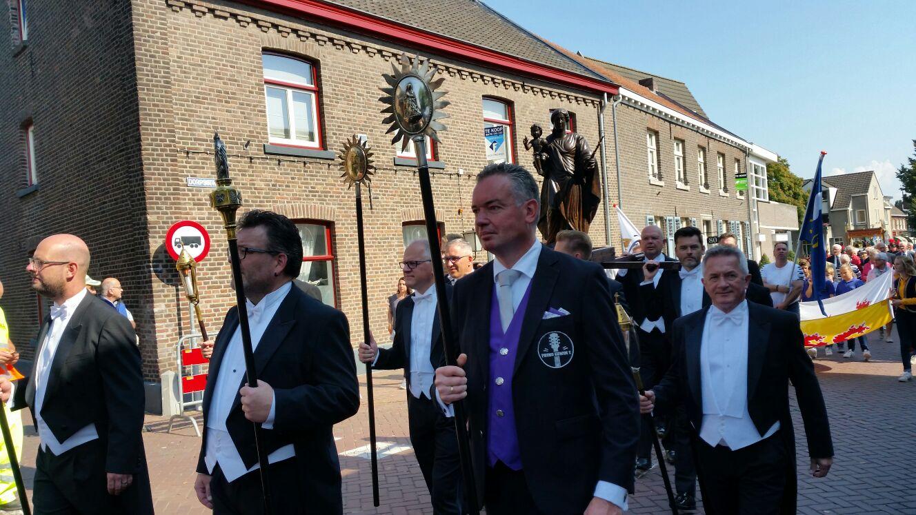 Na een mooie processie de draak gestoken